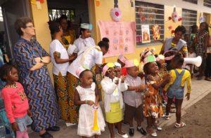 Petite Soeur Valeria avec les enfants à Kinshasa