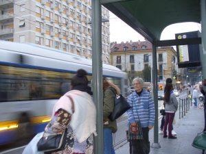 Petite Soeur Carmen à l'arrêt du tram